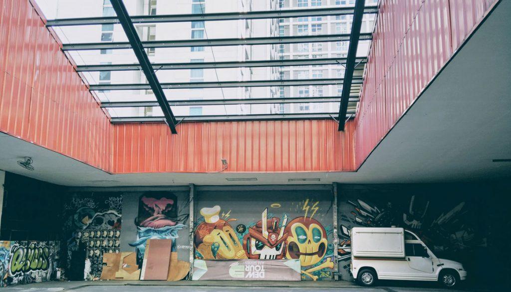 market and graffitis
